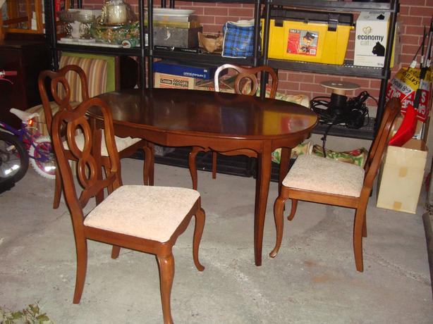 Beautiful Gibbard Chantilly Oval Table with 4 Chairs - $500