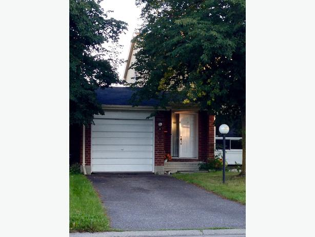 3 bedroom townhouse near Algonquin availbale Nov 1 or Dec 1