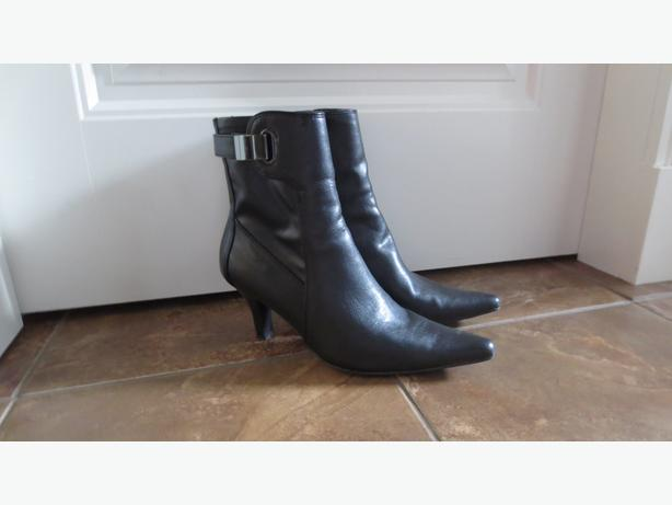 BLACK SLEEK BOOTS (NEW)