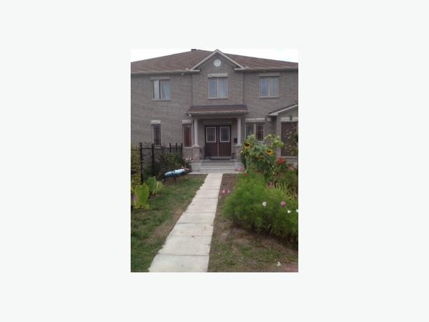 Spacious 4-bedroom double-car garage townhouse in Trailwest(Kanata)