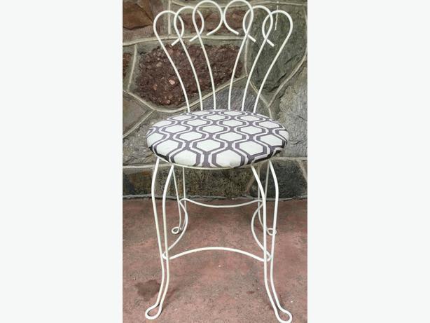 Vintage Vanity Chair Off White Hollywood Regency  H8Z1W8