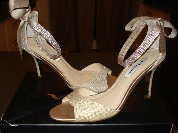 GORGEOUS GOLD SIZE 7 SHOES