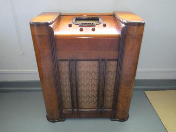 1942 Antique Radio
