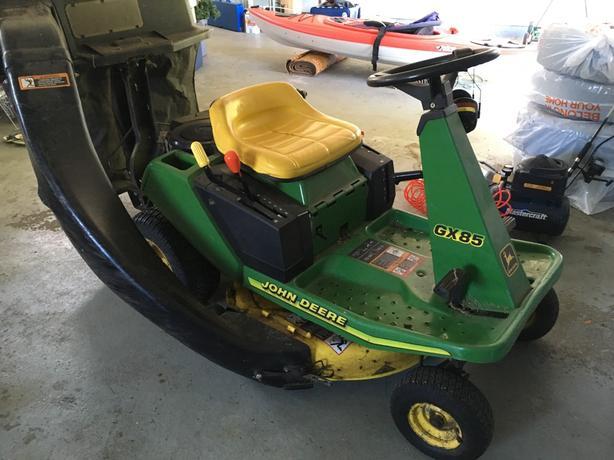 1998 John Deere GX85 Ride on Mower