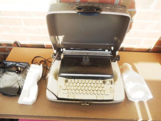 Vintage Deluxe Electric Typewriter Make: Forecast Electric 12