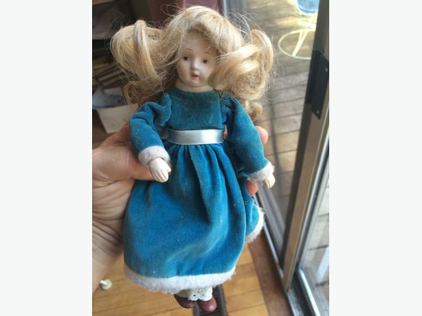 Small Antique porcelaine doll