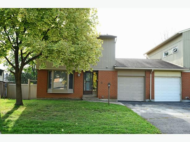 SPACIOUS 3 BEDROOM SEMI DETACHED HOME IN BARRHAVEN!