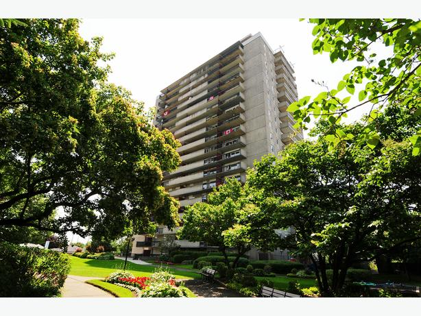 SPACIOUS 2 BEDROOM UNIT FACING SOUTH & MINUTES TO HIGHWAY!