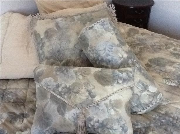 Full/queen bed set with matching cushions