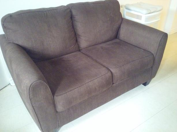 Like New - Modern Brown Loveseat - Comme neuf Causeuse Brune