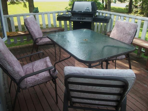 LARGE PATIO SET TABLE AND 4 CHAIRS IN VERY GOOD CONDITION