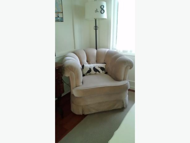Comfortable tub chair