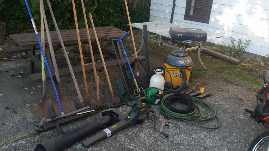 Lots of gardening tools saanich victoria for Gardening tools victoria