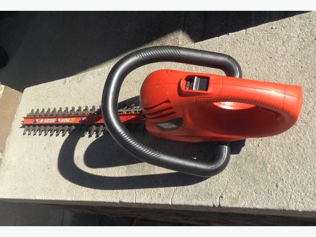 BLACK & DECKER HEDGE TRIMMER