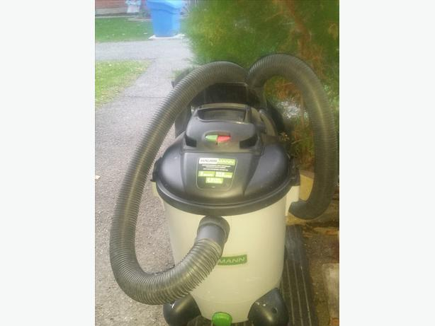 HAUSSMANN 4.0 HP/8 gal shop vac with blower and accessories.