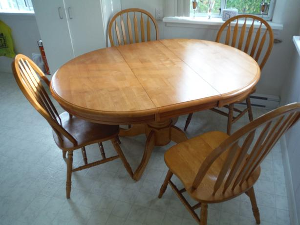SOLID WOOD KKITCHEN TABLE & 4 CHAIRS