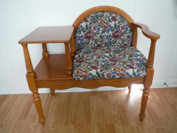 ATTRACTIVE ENTRANCEWAY COMBINATION CHAIR/TABLE