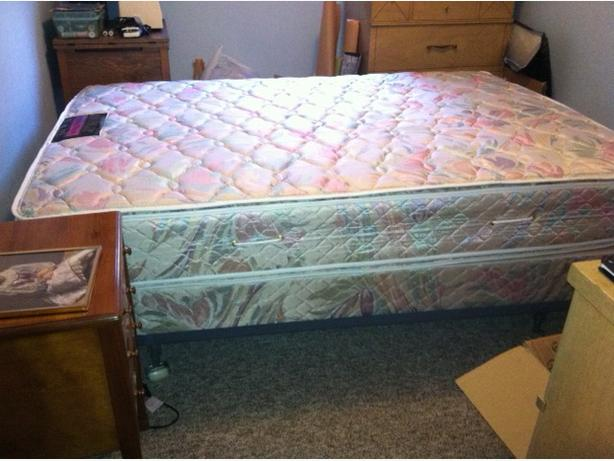 Luxury Simmons Pillow Top Mattress/Boxspring & Base Double
