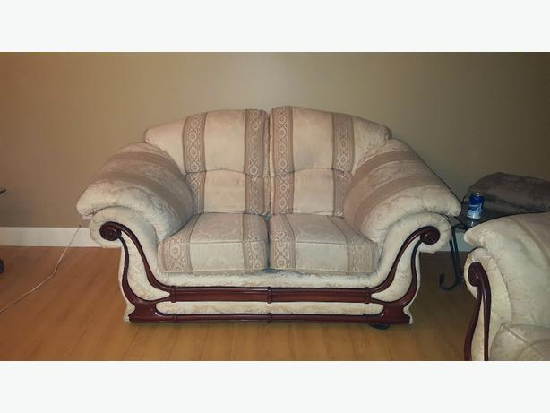 OBO Beautiful classic couch&love seat in excellent condition.
