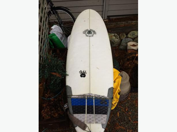 "Surf Board Aftanas Stub 5'8"" (With Fins and Leash)"