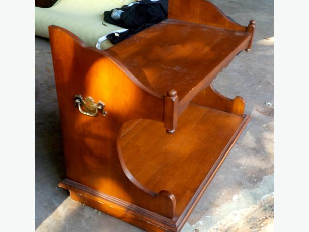 TV Stand, Solid Wood, Sturdy and in good condition