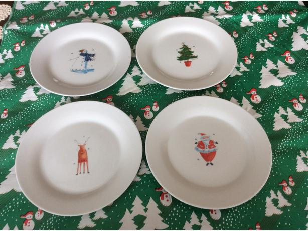 4 dessert or appetizer christmas plates