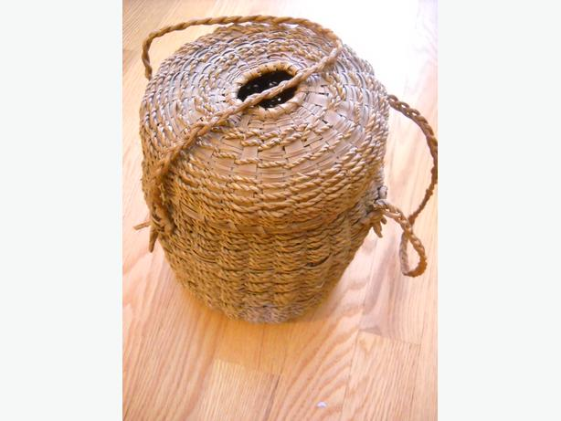 4U2C NATIVE CARRYING HAND WOVEN BASKET HAS LID WITH OPENING