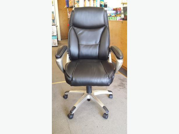 BRAND NEW LEATHER OFFICE CHAIR.  MANAGER CHAIR