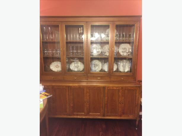 600 extentable dining room table with six chairs and matching hutch