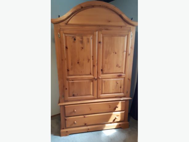 solid pine king size bedroom suite east regina regina. Black Bedroom Furniture Sets. Home Design Ideas