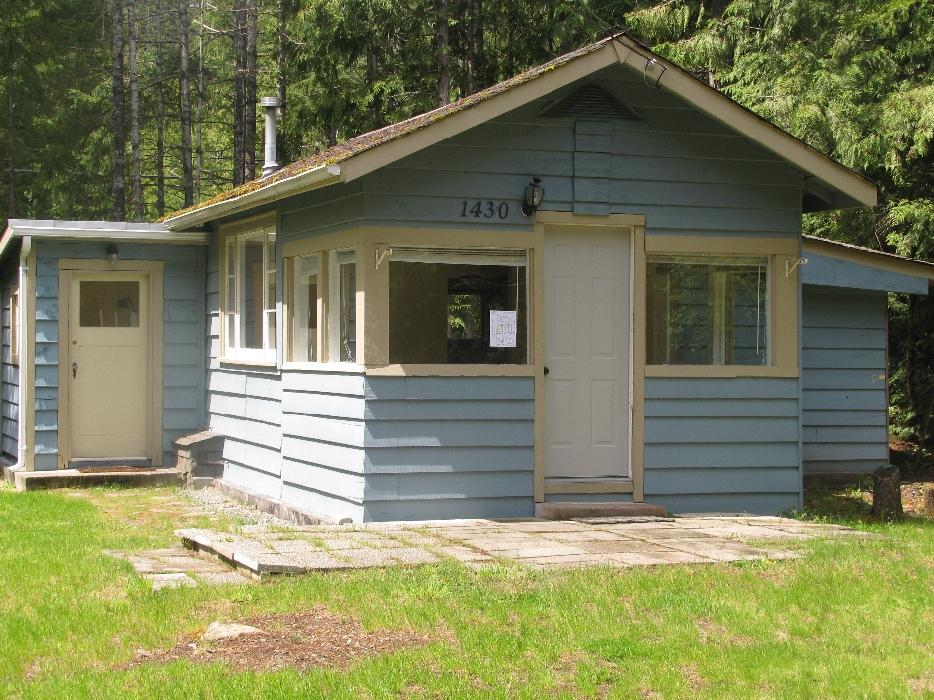 Very small cabin for rent shawnigan lake cowichan for Very small cabins