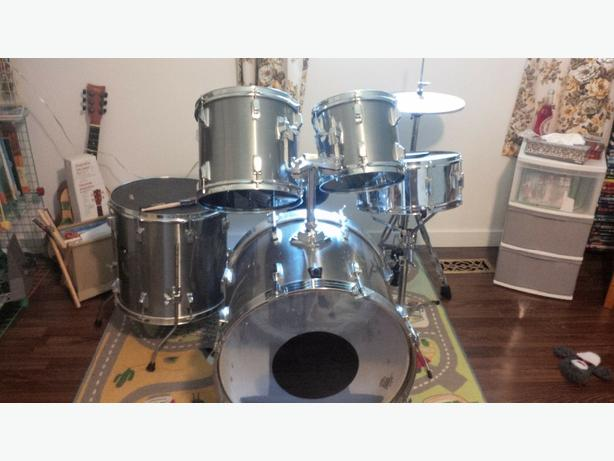 Drum Kit Tama Older  great shape