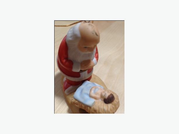 CHRISTMAS ORNAMENT - KNEELING SANTA