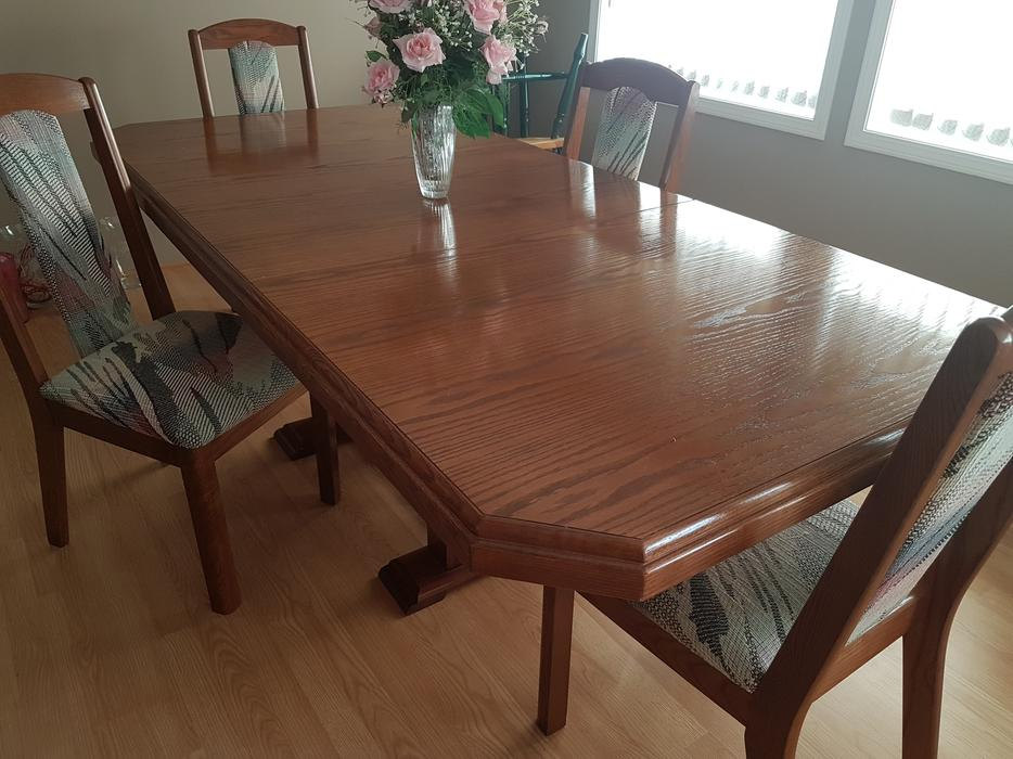 Beautiful dining room table and 4 chairs malahat for Dining room tables kelowna
