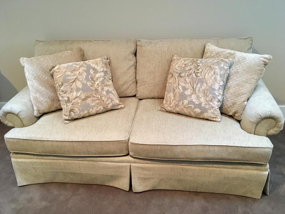 Henredon sofa for sale West Shore LangfordColwood  : 56698311934 from www.usedvictoria.com size 934 x 700 jpeg 86kB