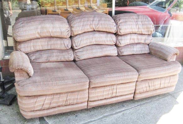 Throw Pillows Lagos : Lazy boy full size couch double sided Recliners, pillow topped arms Saanich, Victoria