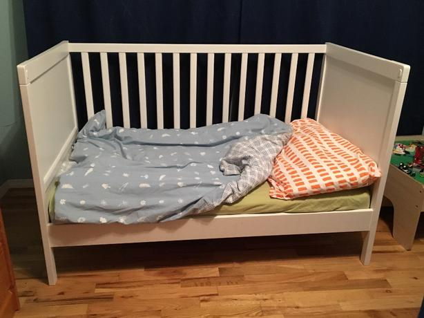 ikea sundvik crib converts to toddler bed cowichan bay cowichan. Black Bedroom Furniture Sets. Home Design Ideas