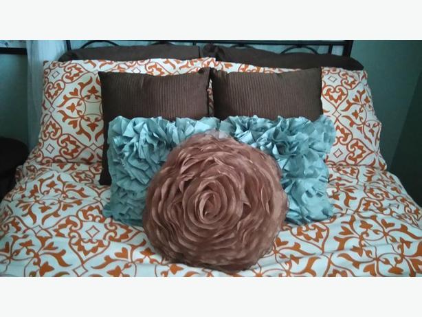 Modern Retro Pillows : Brand New Set of 2 Modern Retro Design Throw Pillows InNiceChocolateBrownColor Saanich, Victoria