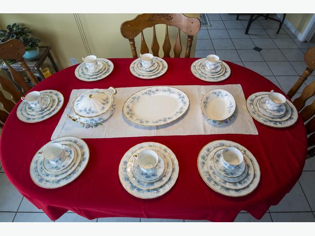 44-PIECE PARAGON ENGLISH FINE BONE CHINA DINNER SET LIKE NEW