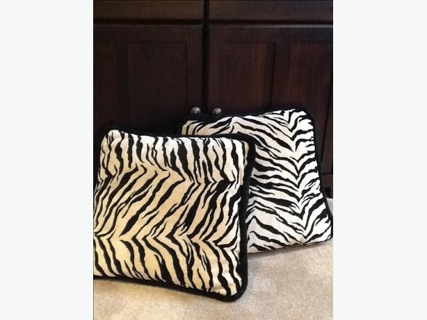 Throw Pillows Lagos : Leopard print pillows (set of two) Central Saanich, Victoria