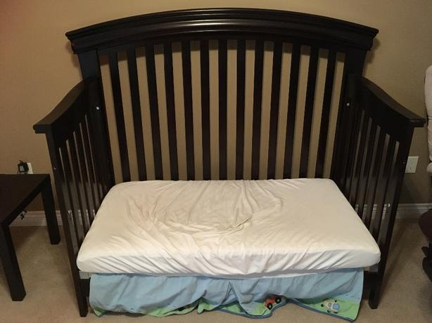 Beautiful shermag convertible crib with matching dresser for Matching bed and dresser