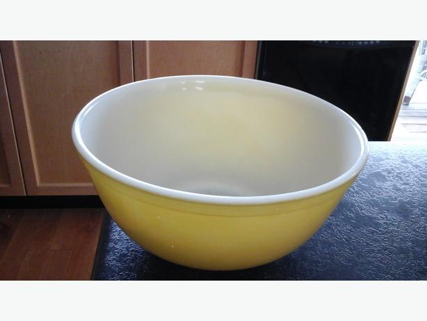 Pyrex medium bowl