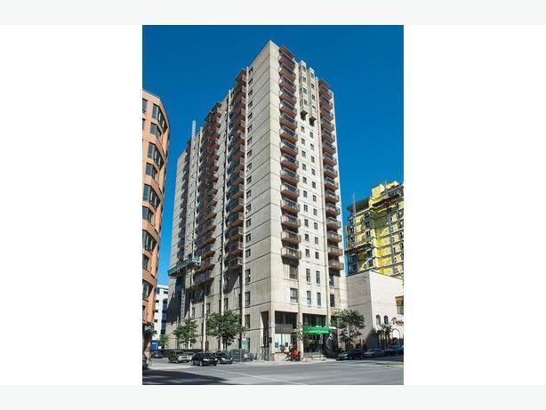 Large  1 bedroom Quartier latin Appartements Place Du Boulevard. Spacieux  2 1/