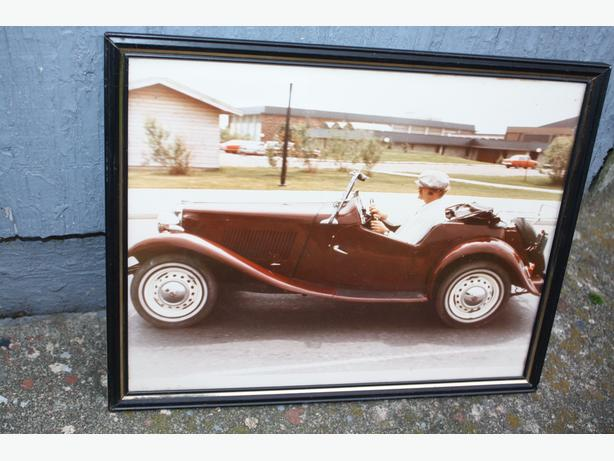 OLD VINTAGE CAR PHOTOGRAPH IN AN OLD FRAME $10