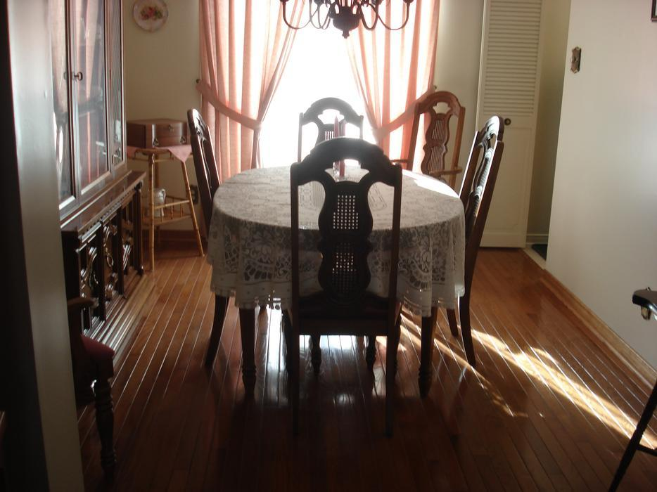 Dining room table chairs orleans ottawa for Dining room tables kelowna
