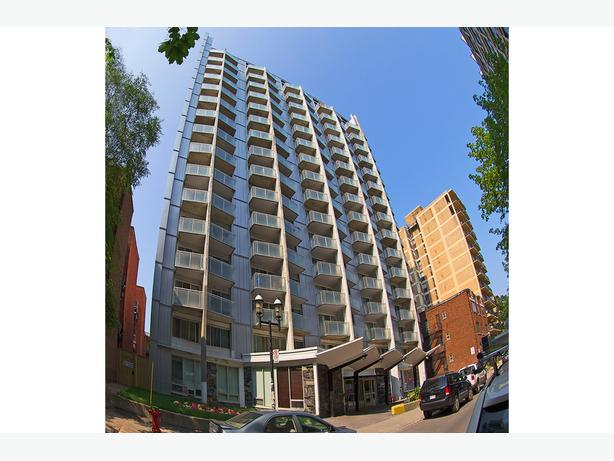 Impeccable  2 1/2 McGill Appartements Terrasses Embassy.   1 bedroom McGill App