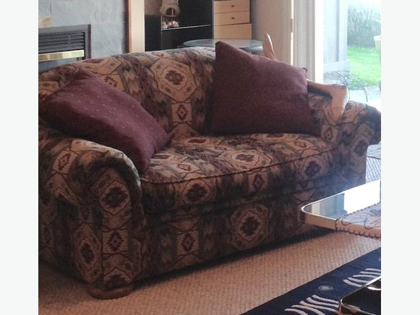 LOVE SEAT STRIKING PRINT