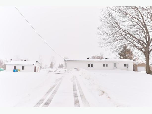 EXCELLENTLY MAINTAINED 2 BED, 1 BATH MOBILE HOME ON A HUGE LOT!