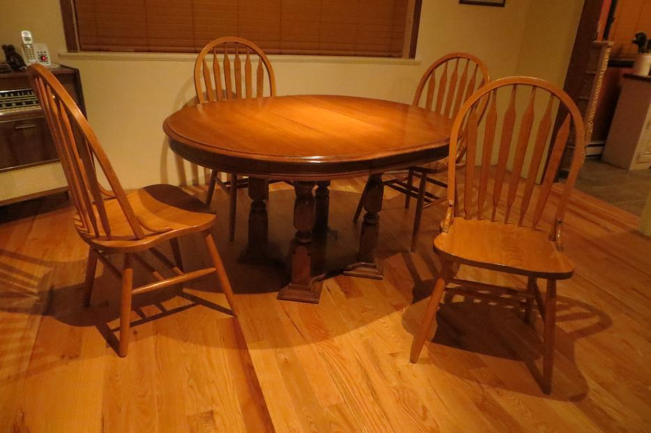 Wood Pedestal Table with 4 chairs Saanich Victoria MOBILE : 57944844934 from www.usedvictoria.com size 934 x 622 jpeg 65kB