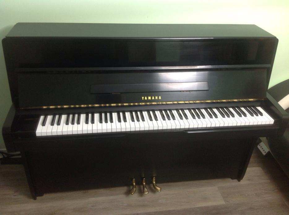 Yamaha upright piano with bench nepean ottawa for Yamaha white piano bench
